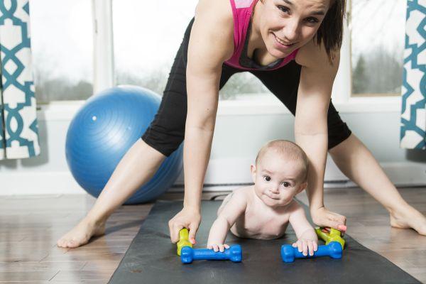 מתעמלת עם התינוק